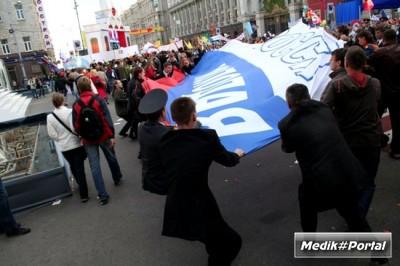 На Параде студенчества был растоптан российский флаг (9 фото)
