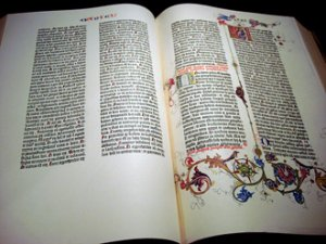 В Нью-Йорке на выставке представлены сразу три библии Иоганна Гутенберга