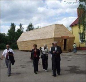 Бар в виде огромного гроба в Украине (7 фото)