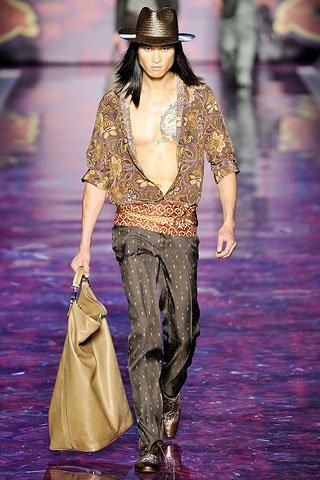 Кин Этро, сын основателя марки, дизайнер мужских коллекций, видит денди.