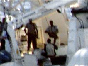 Моряки с захваченных судов вступили в перестрелку с сомалийскими пиратами