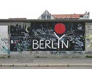 Фрагмент Берлинской стены продан за восемь тысяч евро