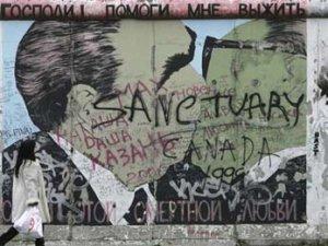 С Берлинской стены стерли самое знаменитое граффити