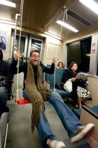 Качели в метро (10 фото)