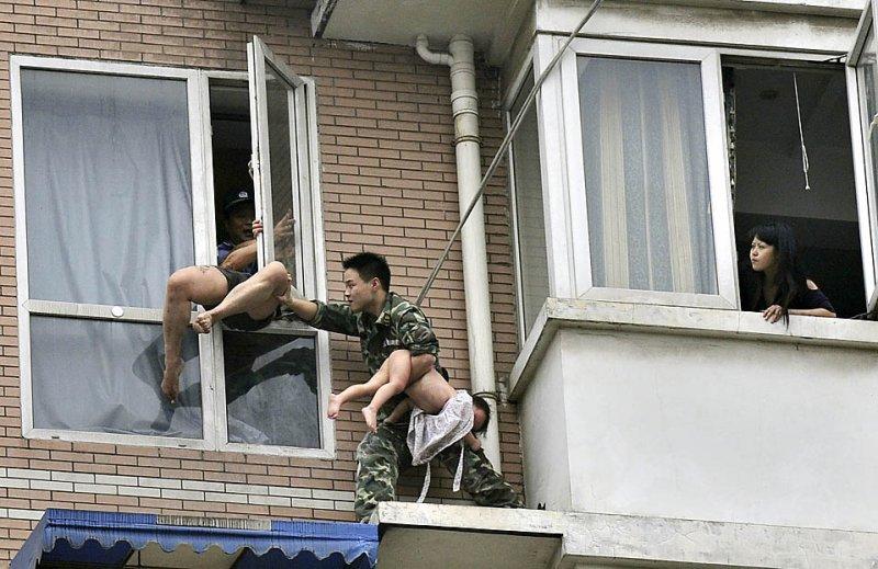 za-oknom-golie