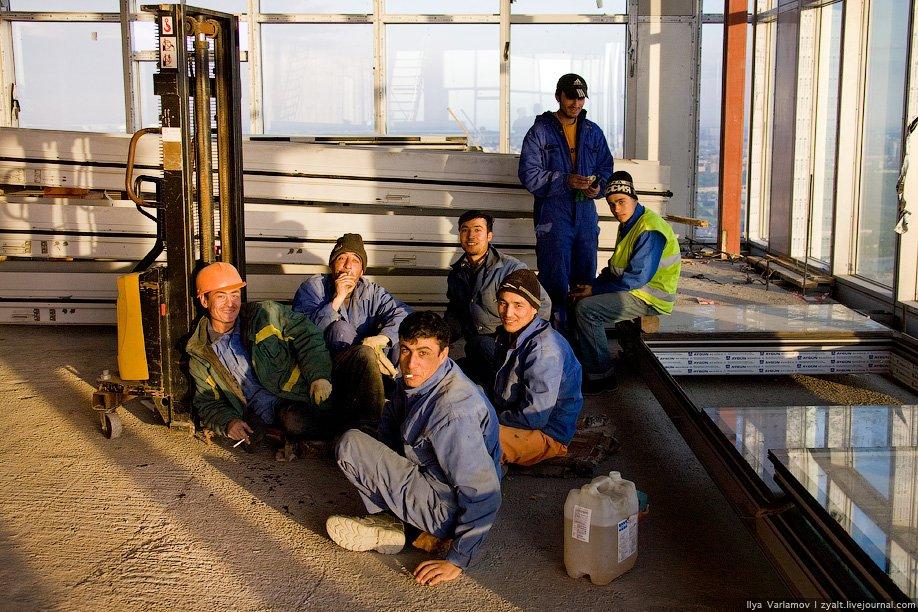 11) Зачастую иностранные рабочие, приехавшие на заработки, являются