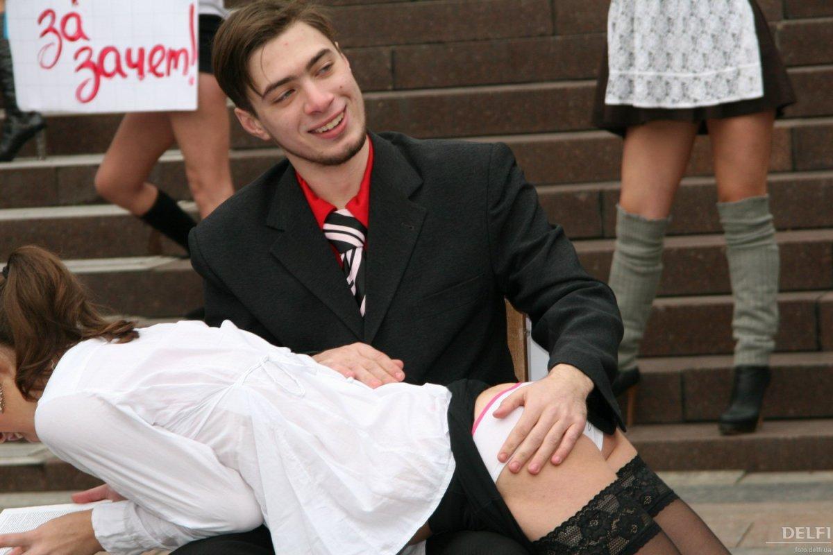 Студентки в трусиках сдают экзамен, Юная студентка сдает секс-экзамен 1 фотография
