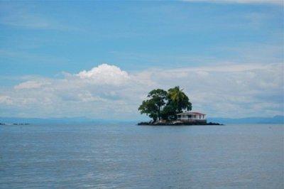 Самые маленькие обитаемые острова в мире (5 фото)