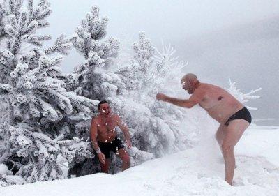 Русские моржи купаются при температуре -36 градусов