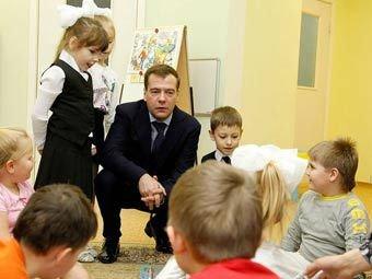 Медведев запретил вселять в детей панику