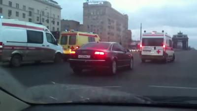 "VIP-кортеж остановил на Кутузовском проспекте ""скорые"" с  мигалками"