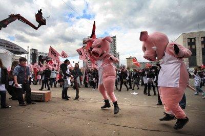 """В Москву на Comedy Club на халяву - движение """"Наши"""" проводит анти-коррупционный митинг."""