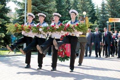 Торжественная церемония возложения цветов и венков к Монументу Славы в мемориальном комплексе «Победа» в Чебоксарах