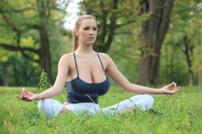 Немного йоги от модели Jordan Carver