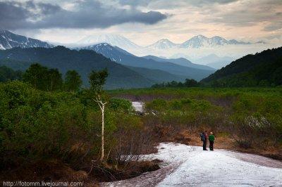 Снег под ногами , на горизонте вулканы. Это Камчатка...