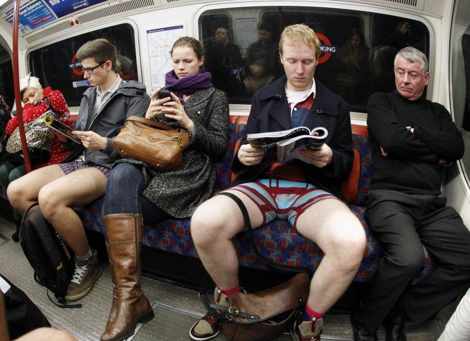Прикольные фотографии женщин без штанишек 29 фотография