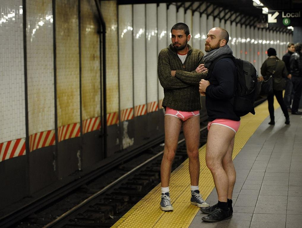 Прикольные фотографии женщин без штанишек 20 фотография