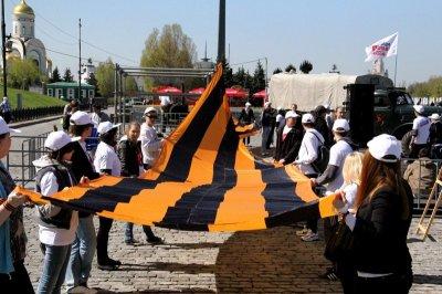 Активисты растянули 30-метровую георгиевскую ленту на Поклонной горе