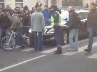 """В Москве чиновнику на """"Мерседесе"""", остановленного оппозиционерами, выписали штраф"""