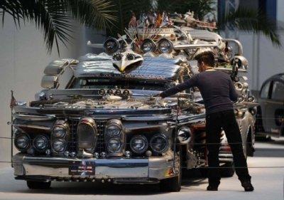 Экстравагантный лимузин, собранный из всевозможного хлама