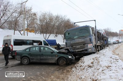 Автовоз без водителя на встречке влетел в BMW X5 и Пассат