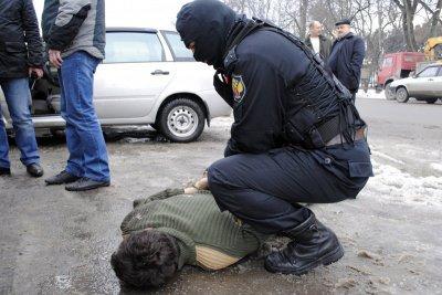 В Чебоксарах наркоман на «Хонде» протащил наркополицейского 10 метров