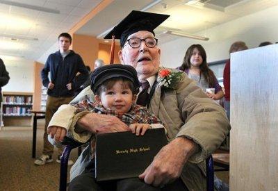 Пенсионер в 106 лет наконец-то получил аттестат об окончании средней школы
