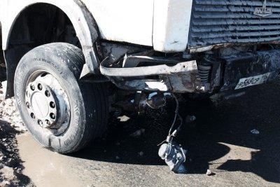 Контейнеровоз снёс две машины на светофоре у METRO, на Марпосадском шоссе