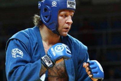Александр Емельяненко победил бразильца Гелке в первом раунде