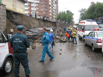 В Красноярске обрушилась стена на автомобиль