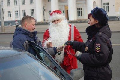 В Чувашии Полицейский Дед Мороз поздравил автолюбителей с Новым годом