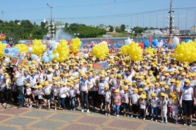 В День защиты детей юные чебоксарцы стали участниками рекордной детской зарядки со звездой