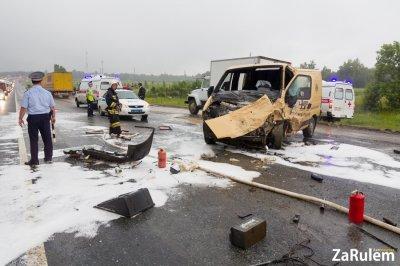 На трассе М7 под Чебоксарами столкнулись бензовоз и инкассаторская машина