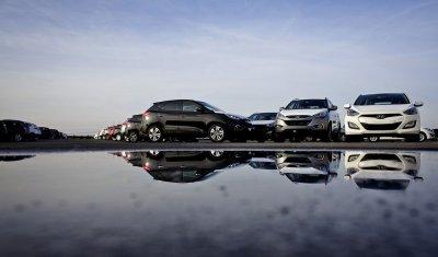 Продажи автомобилей в России продолжили падать