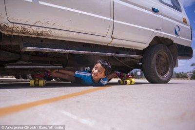 6-летний мальчик на роликах под 39 автомобилями