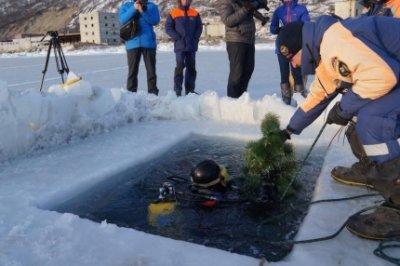 На дне Охотского моря установили елку